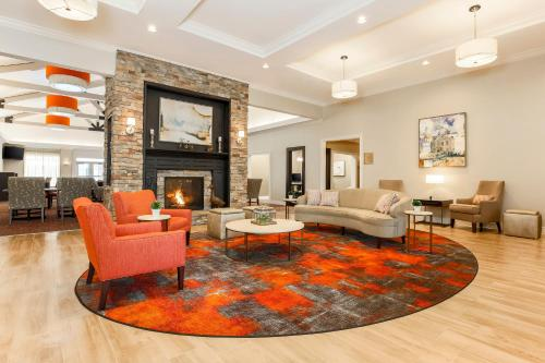 A seating area at Homewood Suites by Hilton Long Island-Melville
