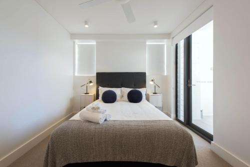 A bed or beds in a room at EIGHT TWO NINE TWO IV: BONDI BEACH