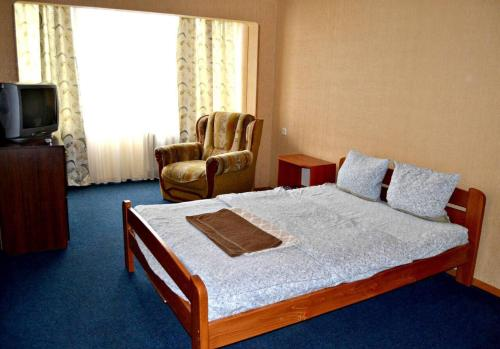 A bed or beds in a room at Apartment on Peremohy Ave 17