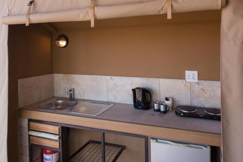 A kitchen or kitchenette at Desert Camp