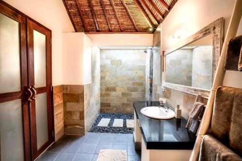 Un baño de Manta Dive Gili Air Resort