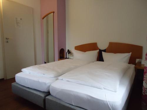 Ein Bett oder Betten in einem Zimmer der Unterkunft Hotel und Brauereigasthof Kaiserdom
