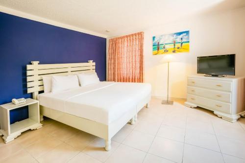 Een bed of bedden in een kamer bij Royal Decameron Montego Beach Resort - ALL INCLUSIVE