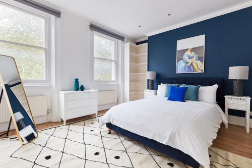A bed or beds in a room at Sonder — Knightbridge