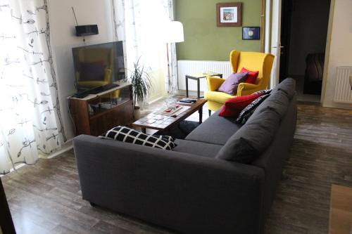 A seating area at Olive Tree City Apartment