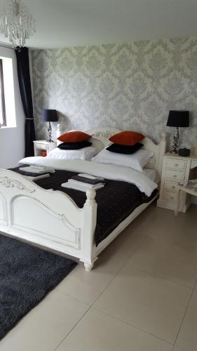 The WHITE DOVE BED and BREAKFAST/Newark Showground