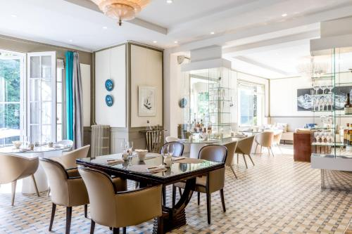 A restaurant or other place to eat at Le Jardin des Plumes