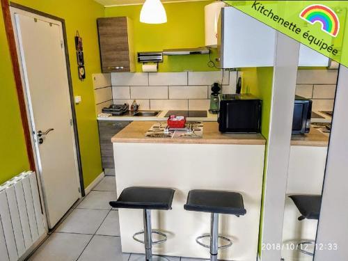 A kitchen or kitchenette at tranquillité & indépendance au coeur historique