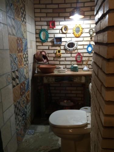Un baño de Recanto Neriah: lindo, decorado, lazer completo