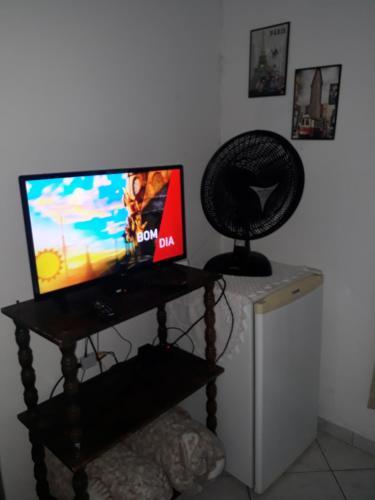 Uma TV ou centro de entretenimento em Recanto da Kaká
