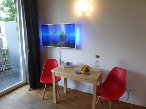 A television and/or entertainment centre at Apartments Am Friedrichshain