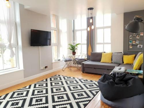 Large Apartment With Beautiful Canal Views of City