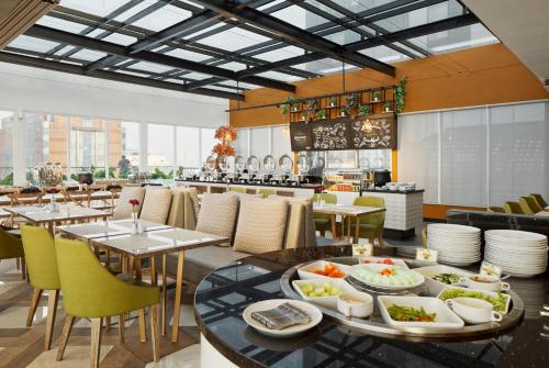 A restaurant or other place to eat at MaxOne Platinum Hayam Wuruk