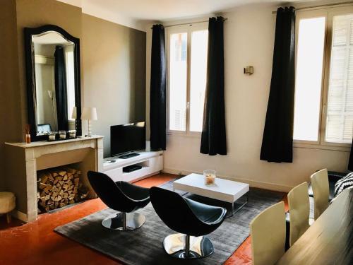 A seating area at Appartement coeur historique Aix