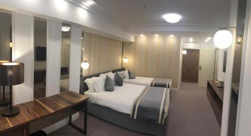 Un pat sau paturi într-o cameră la Old Town Boutique Hotel