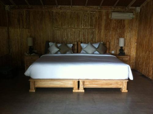 A bed or beds in a room at Bella Kita Mountain Retreat & Spa