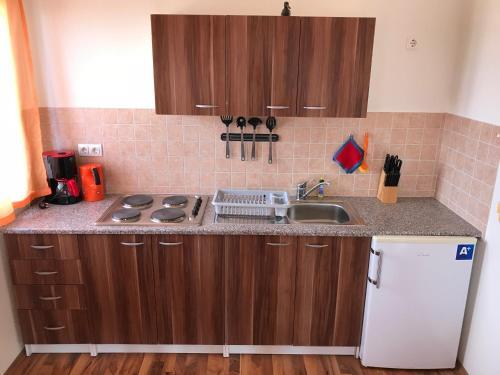 A kitchen or kitchenette at Bei Markos