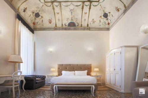 A bed or beds in a room at Palazzo Galletti Abbiosi