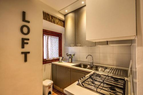 A kitchen or kitchenette at Apartments in Trastevere Toc Toc...