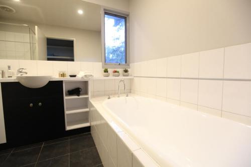 A bathroom at Lorne Luxury