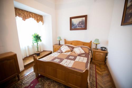 A bed or beds in a room at U Schabińskiej - Pałac w Siarach