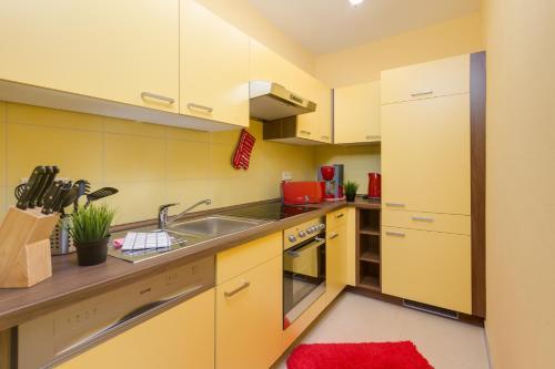 A kitchen or kitchenette at Hotel garni Landhausperle an der Müritz