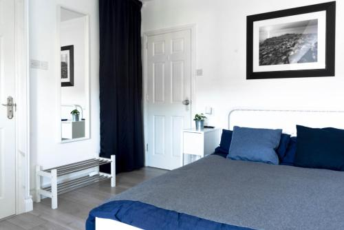 A bed or beds in a room at 9 Kingscourt House