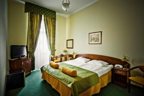 A bed or beds in a room at Shelfort Hotel