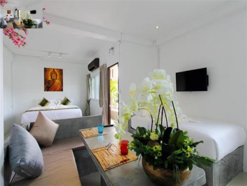 Ein Sitzbereich in der Unterkunft Samui Beach Residence Hotel