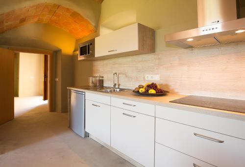 Una cocina o zona de cocina en Apartamentos en la Rectoria de Regencós