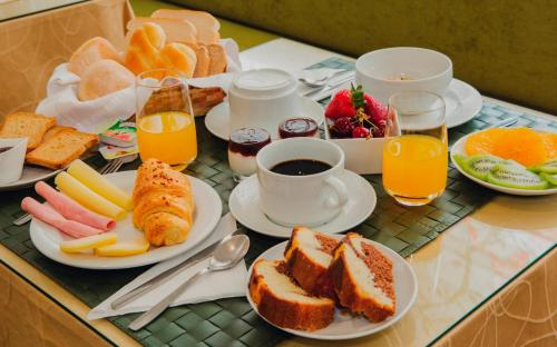 Breakfast options available to guests at Hotel Império do Rei