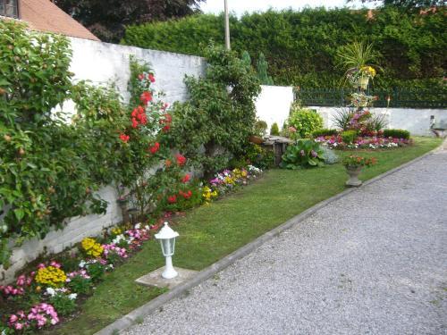 A garden outside au cédre bleu