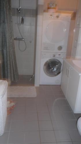 A bathroom at Greve lækkert værelse nær København