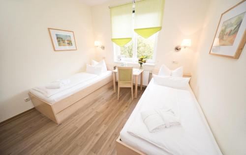 Ein Bett oder Betten in einem Zimmer der Unterkunft Landhotel Bad Dürrenberg