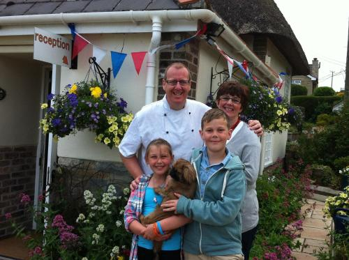 A family staying at Yalbury Cottage