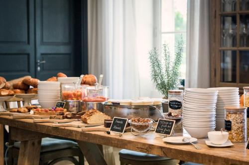 Breakfast options available to guests at Domaine de Fontenille