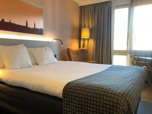 A bed or beds in a room at Hotel Birger Jarl