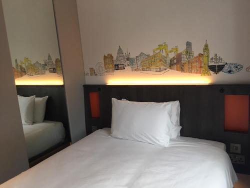 Un ou plusieurs lits dans un hébergement de l'établissement easyHotel Belfast