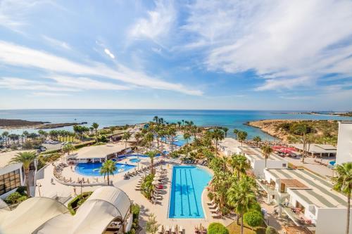 נוף של הבריכה ב-Adams Beach Hotel או בסביבה