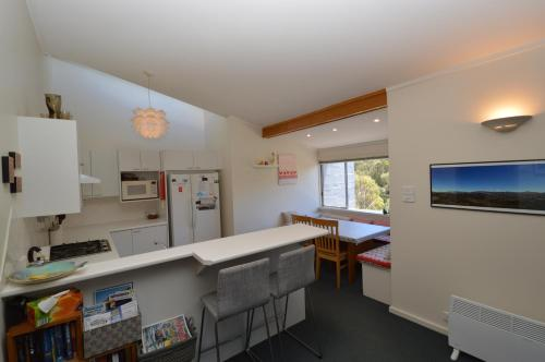 A kitchen or kitchenette at Tombarra 4B 2
