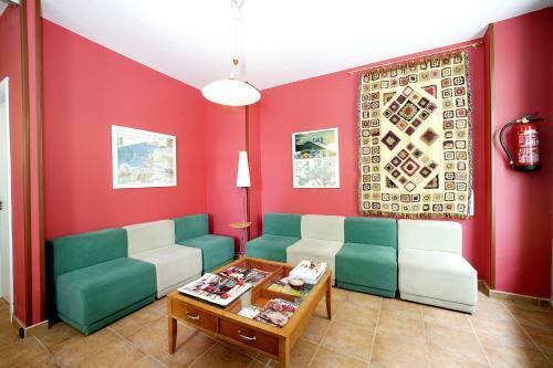 A seating area at Albergue O Durmiñento