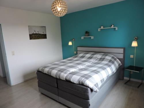 A bed or beds in a room at Pension-Garni Landhaus Eifelsicht