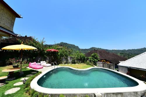 The swimming pool at or near Amrita Villa Sidemen