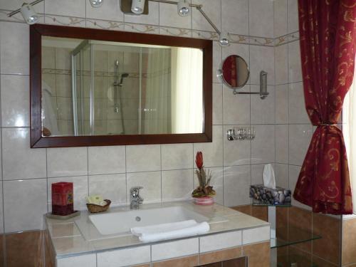 A bathroom at Öreg Malom Hotel
