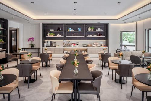 The lounge or bar area at Le Grove Serviced Residences (SG Clean)