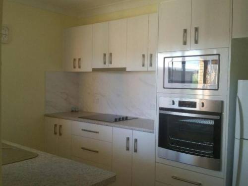 A kitchen or kitchenette at Akuna, Unit 8, 112-116 Little Street