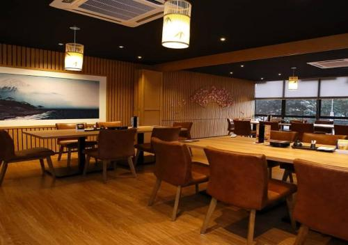 A restaurant or other place to eat at Eureka Hotel Penang