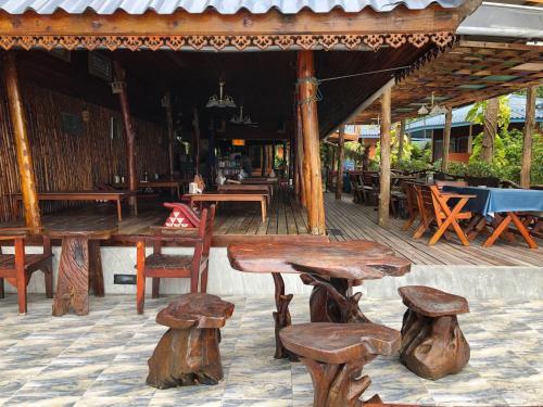 Ein Sitzbereich in der Unterkunft Koh Tao Tropicana Resort
