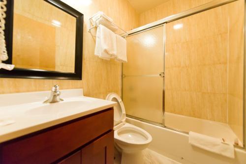 A bathroom at Super Lake Hotel