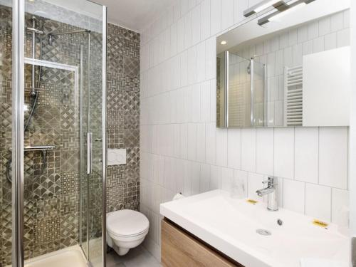 A bathroom at Luxury Holiday Home in Balmoral with Jacuzzi